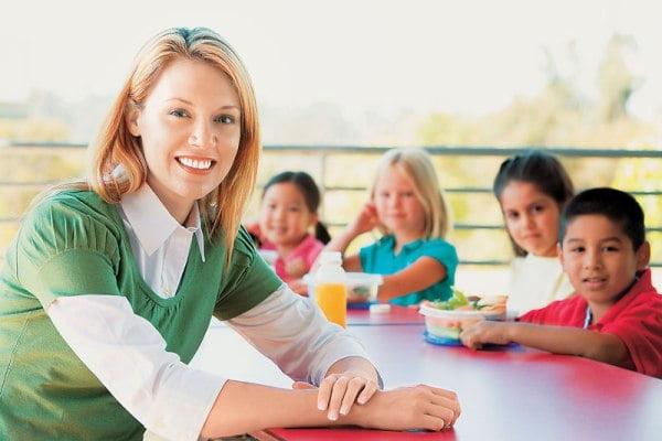 Οι ειδικότητες για τις 8.200 θέσεις κοινωφελούς εργασίας σε σχολεία