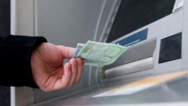 Όλες οι αλλαγές στα capital controls και αύξηση ορίου αναλήψεων στις 2.000 ευρώ