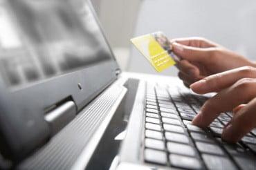Με κάρτα κάνουν αγορές ένας στους δύο καταναλωτές