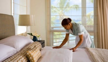 Μειωμένες αποδοχές για τους εργαζόμενους στα τουριστικά επαγγέλματα