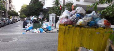 Τουλάχιστον έως την Πέμπτη μένουν τα σκουπίδια στους δρόμους