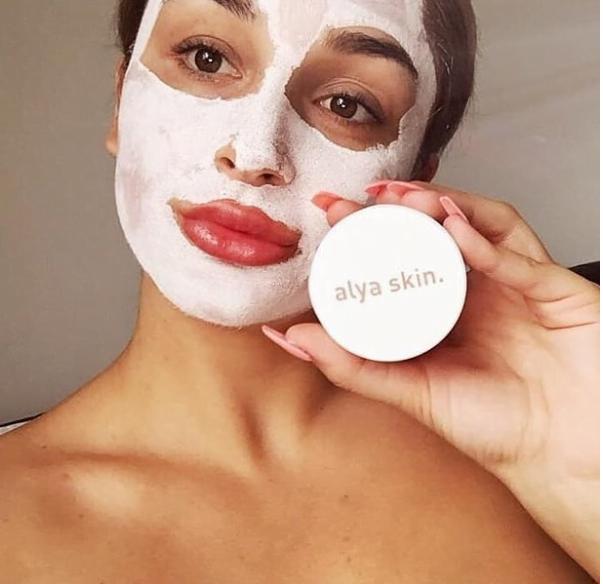 Δύο 22χρονοι έγιναν πλούσιοι μέσα σε 4 μήνες, πουλώντας μια μάσκα με πηλό