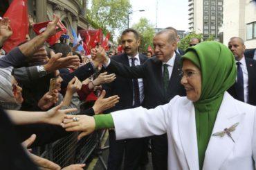 Η 50.000 ευρω τσάντα της Εμινέ και ο μισθός του Ερντογάν