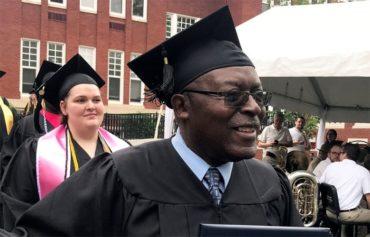 Άστεγος που έμαθε να διαβάσει στα 37 του, σήμερα είναι απόφοιτος πανεπιστημίου