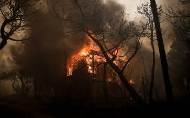 Μεγάλη φωτιά στην Κινέτα Αττικής – Εχουν καεί σπίτια