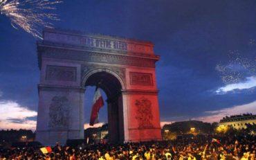 Πανηγυρισμοί στο Παρίσι για τον θρίαμβο στο Παγκόσμιο Κύπελλο