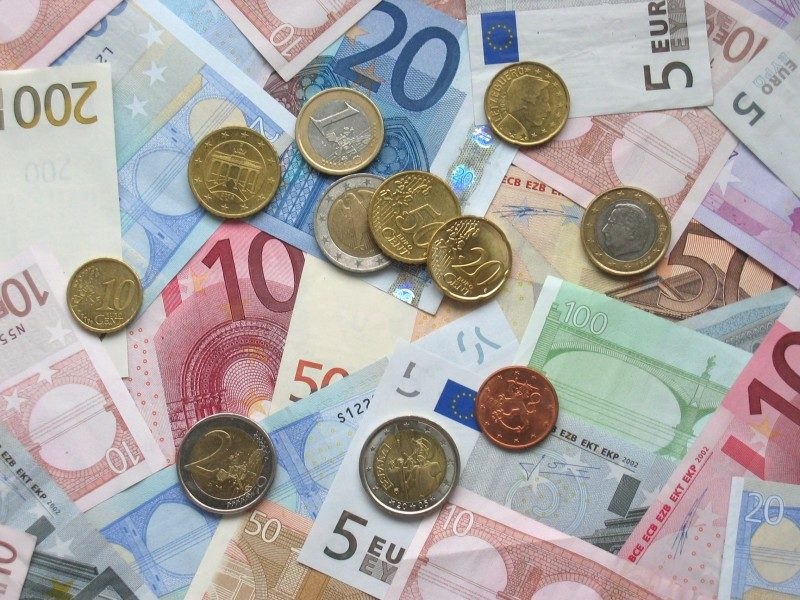 Euro_coins_and_banknotes.jpg